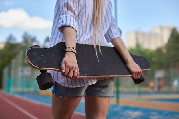 Foto de mulheres segurando uma sessão de fotos de esportes longboard fotos de esportes modernos de alta qualidade