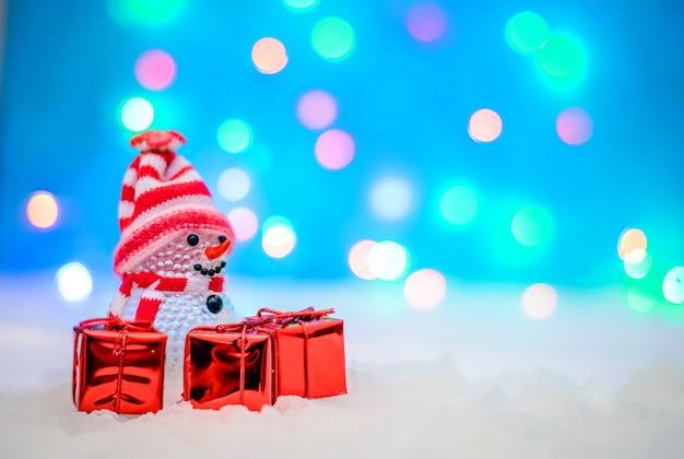 Foto de natal com um boneco de neve e presentes