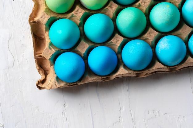 Foto de natureza morta de muitos ovos de páscoa coloridos