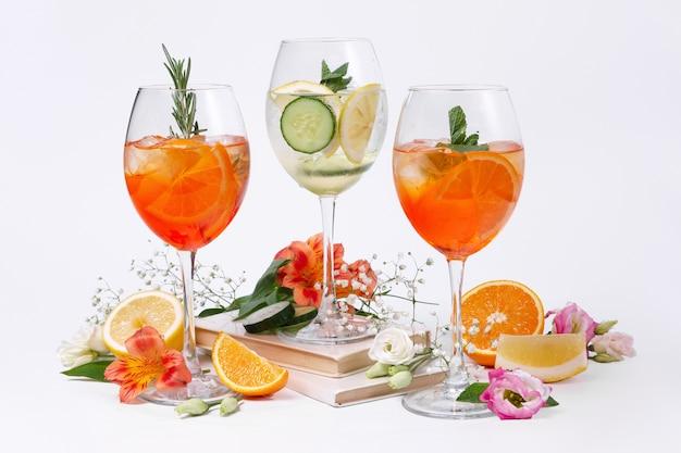 Foto de natureza morta de três vinhos e coquetéis de frutas