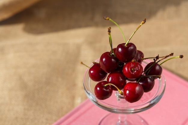 Foto de natureza morta e comida prato de serviço com pés e mini cúpula com frutos de cereja no livro