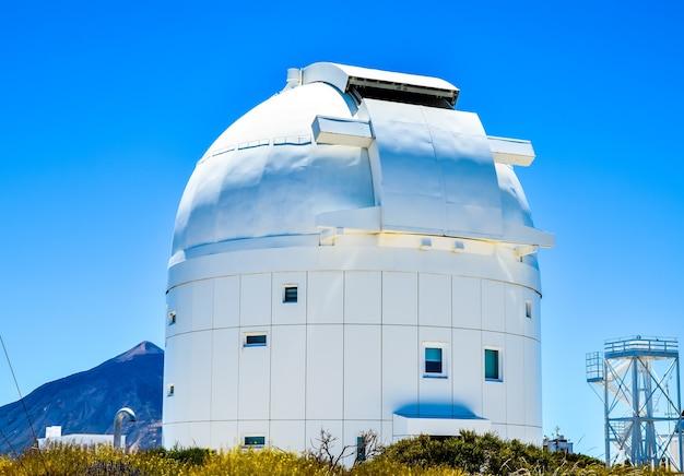 Foto de paisagem de um edifício moderno de arquitetura branca das ilhas canárias, na espanha