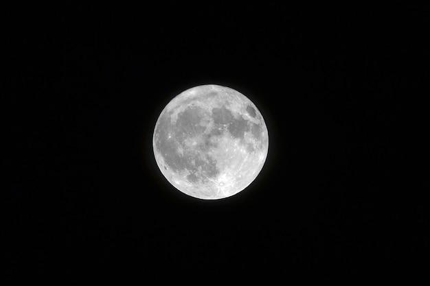 Foto de paisagem de uma lua cheia branca com a cor preta no fundo