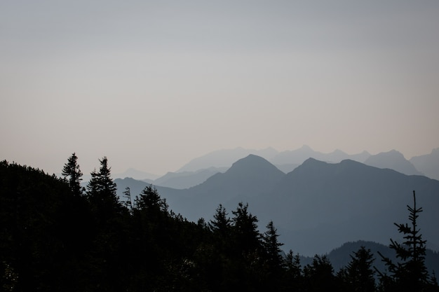Foto de paisagem de uma silhueta de montanha com um céu claro ao fundo