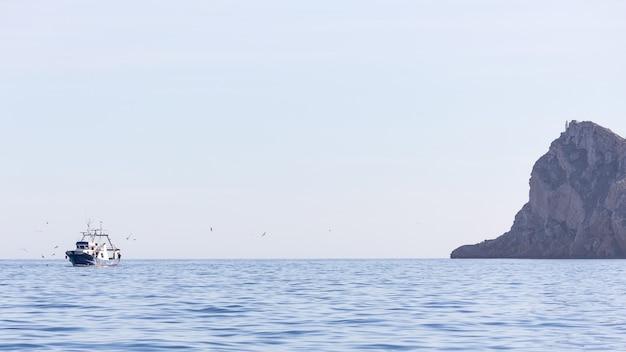 Foto de paisagem de uma traineira de pesca em um dia ensolarado