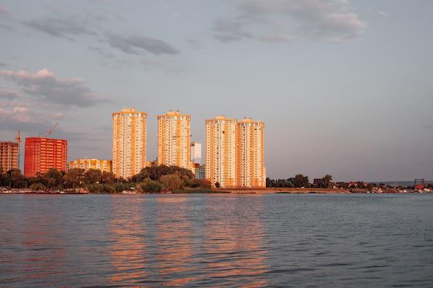 Foto de paisagem urbana na madrugada da cidade e vários prédios residenciais altos contra o ...