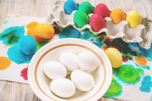 Foto de páscoa. feliz páscoa. foco seletivo de ovos.