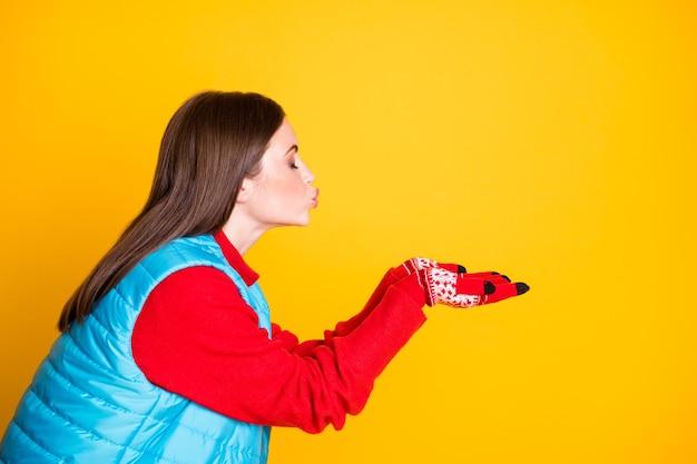 Foto de perfil de uma adorável garota encantadora e sonhadora segurar a mão enviar ar beijar o namorado dela quer namorar usar jumper de temporada isolado sobre fundo de cor brilhante