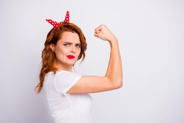 Foto de perfil do fisiculturista esportista treinar músculos mostra corpo musculoso não gosta de seu efeito de treinamento vista roupa elegante isolada sobre parede de cor branca