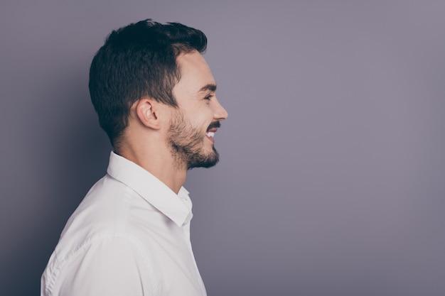 Foto de perfil em close de jovem homem de negócios machista parece espaço vazio