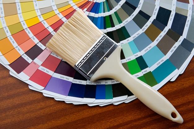 Foto, de, pincel, com, cartão, de, cores