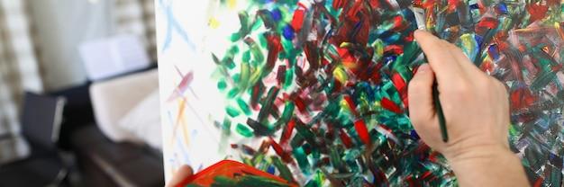 Foto de pintura à mão masculina em aquarela closeup