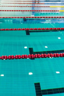 Foto de piscina com cordões de delimitação