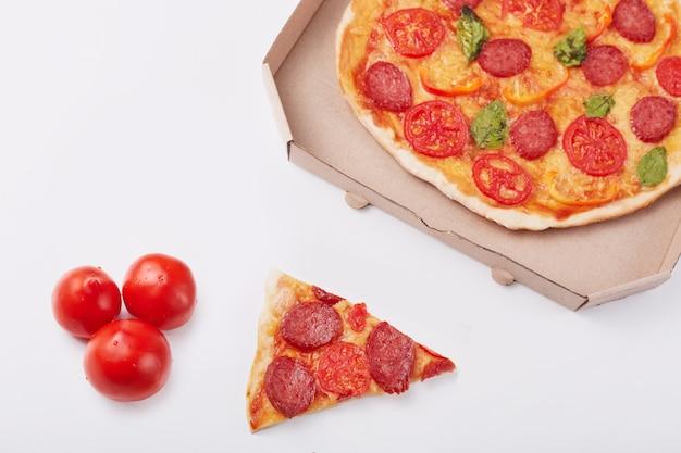 Foto de pizza de calabresa com queijo mussarela