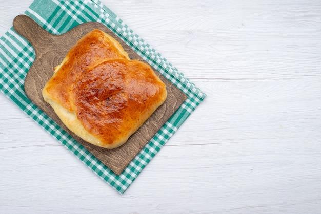 Foto de refeição de pão, pão, pão, vista superior, massa cozida, assar no fundo branco