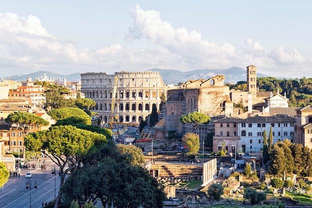 Foto de ruínas do coliseu, fórum romano, itália
