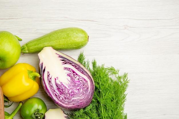 Foto de salada de pimentão fresco com verduras e repolho roxo em fundo branco