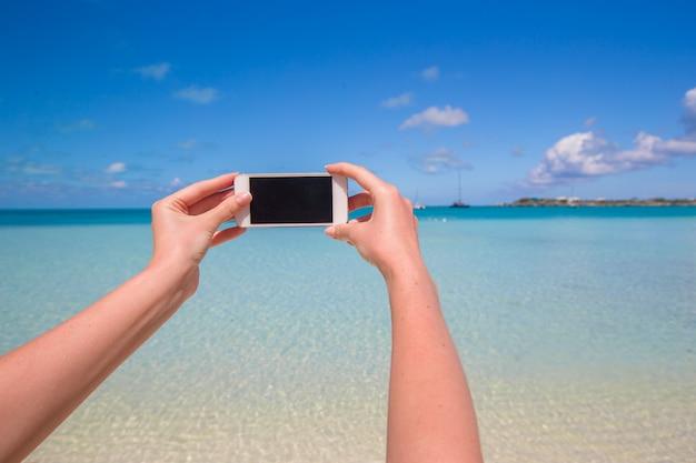 Foto de selfie com smartphone, vista para o mar
