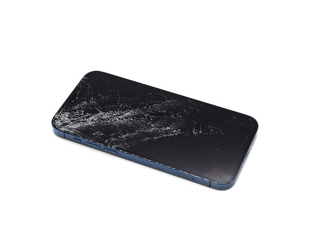 Foto de smartphone azul com tela danificada quebrada. smartphone moderno com tela de vidro danificada na superfície branca. o dispositivo precisa de conserto.