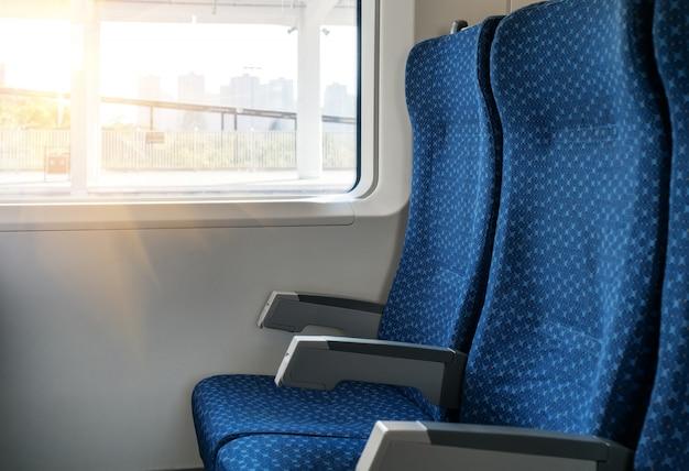 Foto, de, telefone móvel, ligado, assento janela, em, um, modernos, confortável, trem