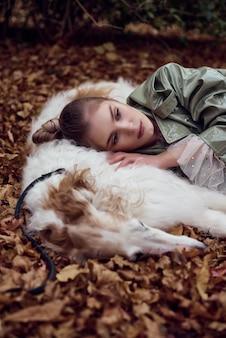 Foto de tipo de moda de uma mulher elegante com um cachorro