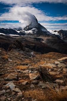 Foto de tirar o fôlego da paisagem montanhosa sob um céu nublado
