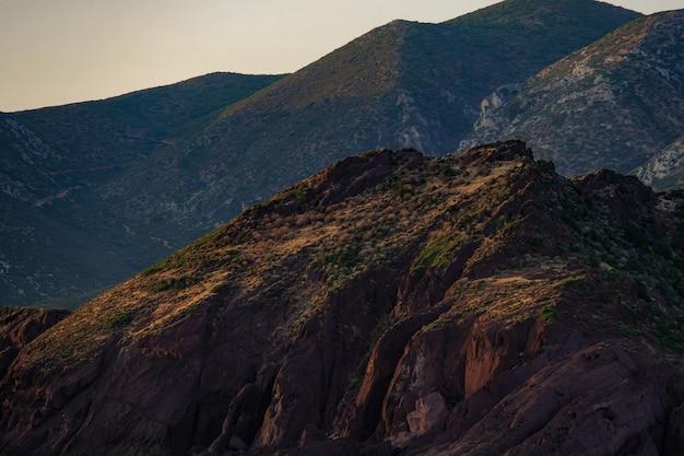 Foto de tirar o fôlego de belas montanhas rochosas