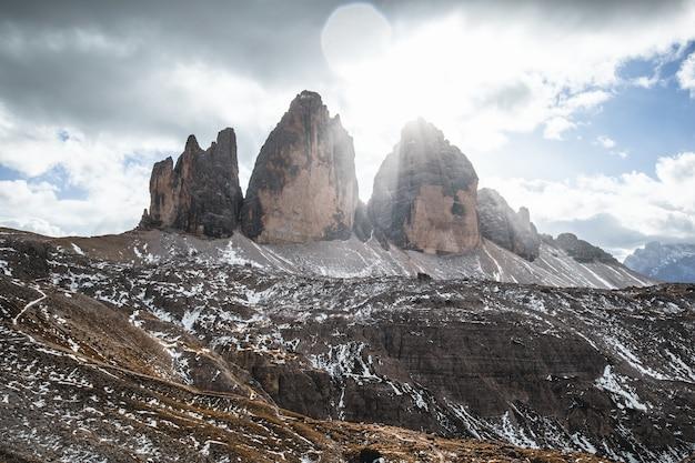 Foto de tirar o fôlego de colinas sob um céu nublado durante o dia