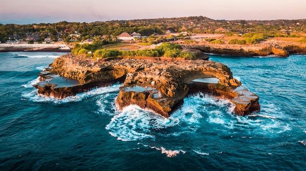 Foto de tirar o fôlego de um litoral tropical em um dia ensolarado e tranquilo