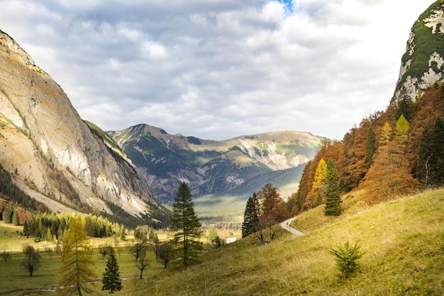 Foto de tirar o fôlego de uma bela paisagem montanhosa na área de ahornboden, áustria