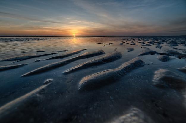 Foto de tirar o fôlego de uma bela praia em um pôr do sol maravilhoso