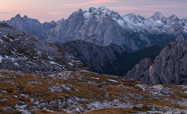 Foto de tirar o fôlego do início da manhã nos alpes italianos