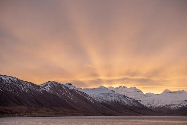 Foto de tirar o fôlego do nascer do sol de inverno nas montanhas da islândia