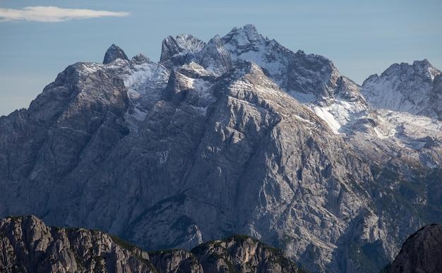 Foto de tirar o fôlego no início da manhã nos alpes italianos