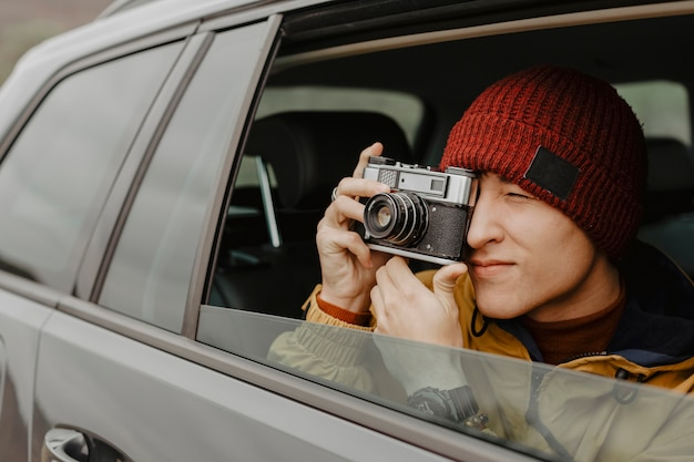Foto de tomada bonito viajante close-up