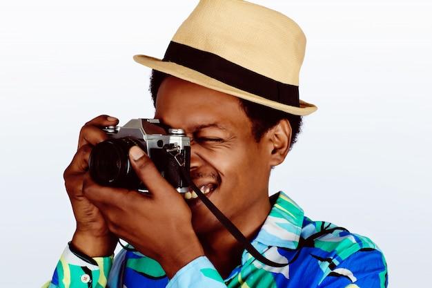 Foto de tomada de homem turista com câmera