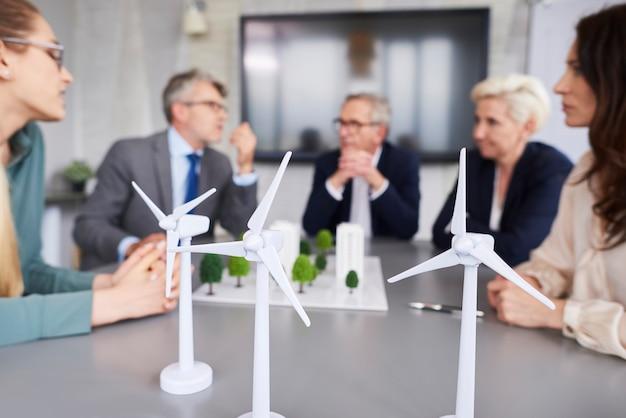 Foto de três turbinas eólicas
