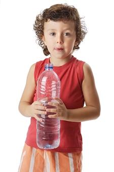 Foto de um adorável menino bebendo água a sobre fundo branco
