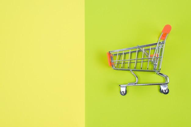 Foto de um carrinho de mão verde amarelo com fundo copyspace