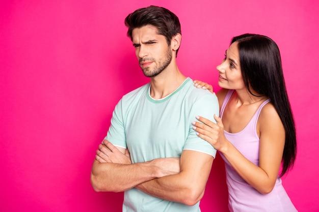 Foto de um casal engraçado culpando a senhora por trair em pé, zangado e louco, esperando, desculpando-se, usar roupas casuais isolado fundo de cor rosa vibrante