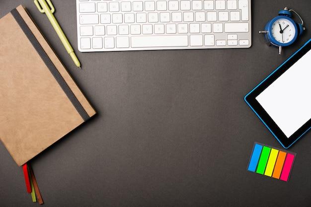 Foto de um espaço livre cercado por ferramentas de escritório