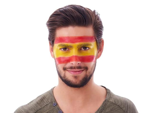 Foto de um fã de futebol espanhol masculino em uma foto de estúdio