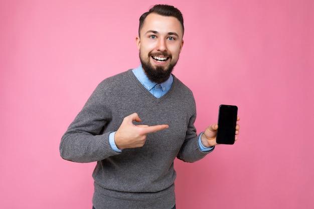 Foto de um homem adulto bonito e sorridente, bem parecido, vestindo uma roupa casual, isolado na