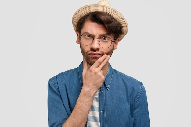 Foto de um homem barbudo confuso e perplexo