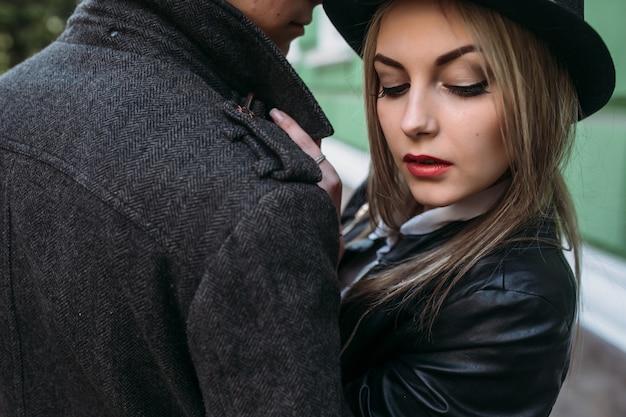 Foto de um jovem casal lindo com um ângulo próximo