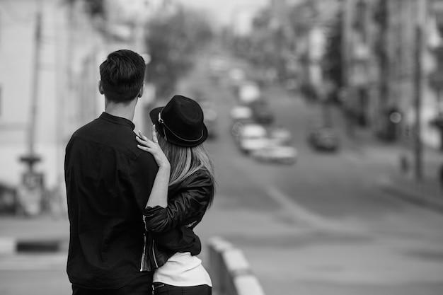 Foto de um jovem casal lindo na rua da cidade