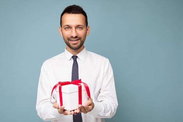 Foto de um jovem empresário bonito e positivo sorridente morena com a barba por fazer