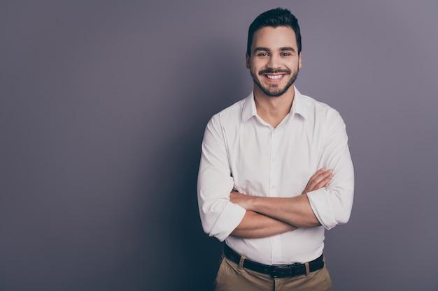 Foto de um jovem homem de negócios macho de braços cruzados