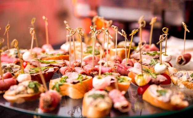 Foto de um lanche em uma mesa de buffet durante uma festa