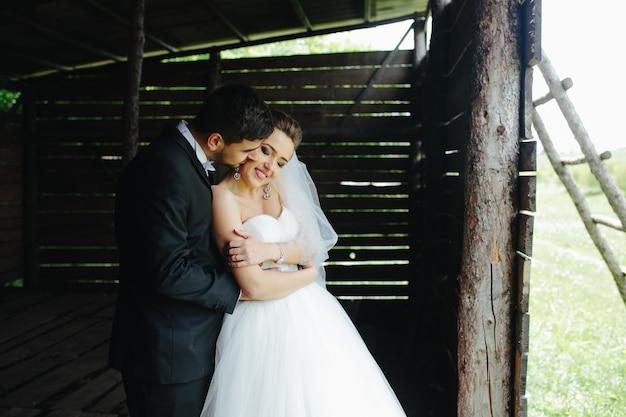 Foto de um lindo casal na natureza em uma cabana de madeira